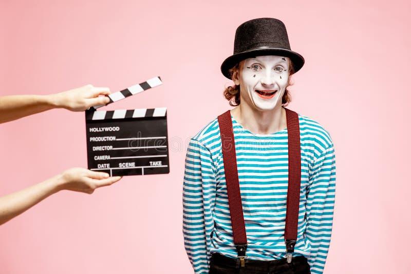 Ritratto di un pantomimo con il ciac di cinematografia fotografia stock