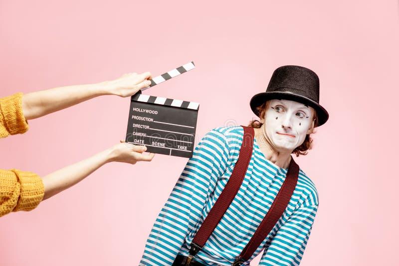 Ritratto di un pantomimo con il ciac di cinematografia immagini stock libere da diritti