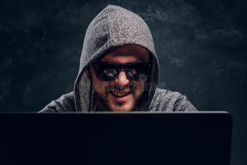 Ritratto di un pirata informatico soddisfatto barbuto fotografia stock