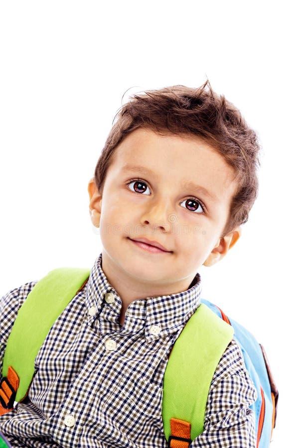 Ritratto di un ragazzino adorabile con lo zaino fotografia stock libera da diritti