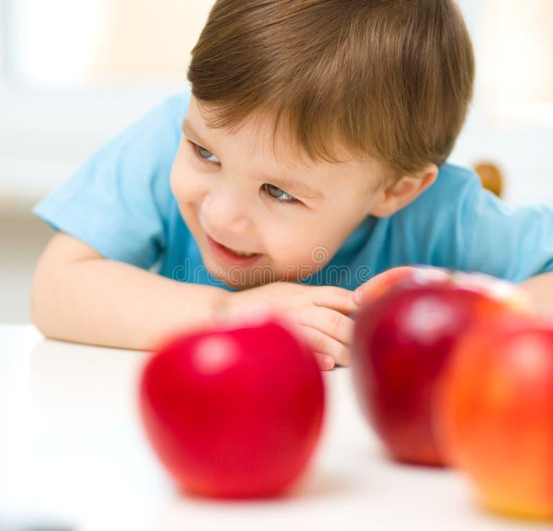 Ritratto di un ragazzino felice con le mele fotografia stock libera da diritti