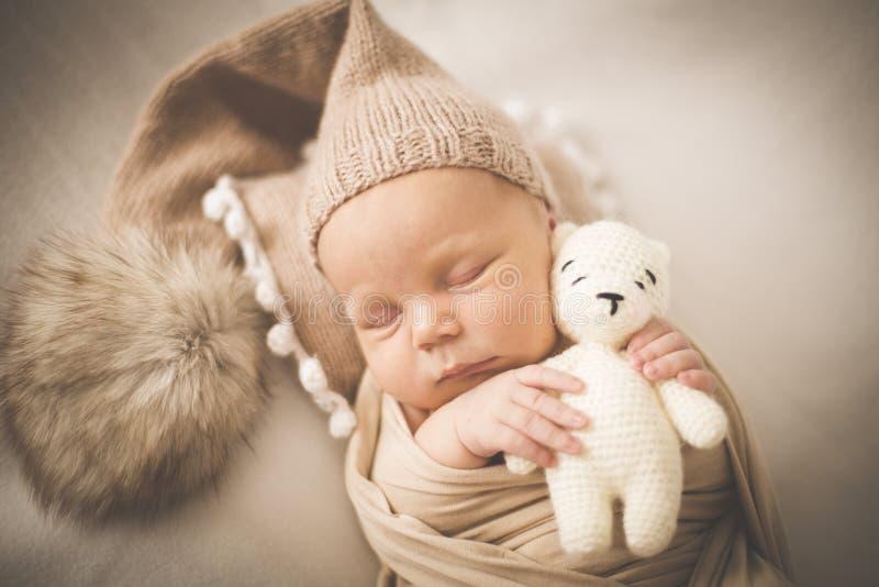 Ritratto di un ragazzo addormentato neonato con un giocattolo immagine stock