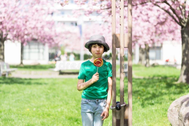 Ritratto di un ragazzo allegro immagini stock