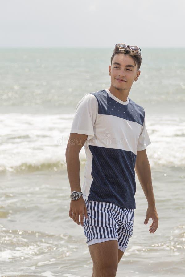 Ritratto di un ragazzo attraente con il mare nei precedenti immagine stock libera da diritti