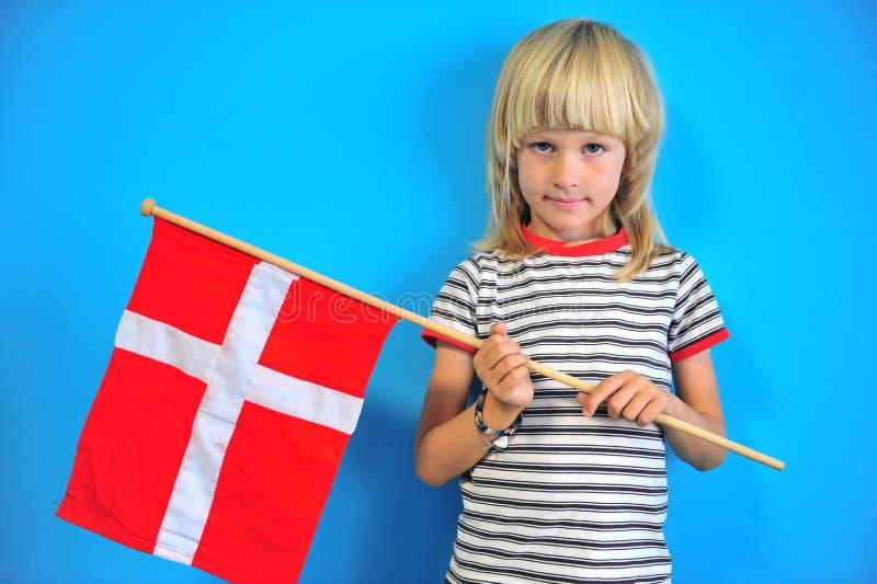 Ritratto di un ragazzo con la bandiera della Danimarca fotografia stock libera da diritti