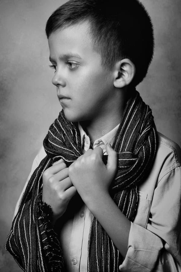 Ritratto di un ragazzo con un microfono fotografie stock