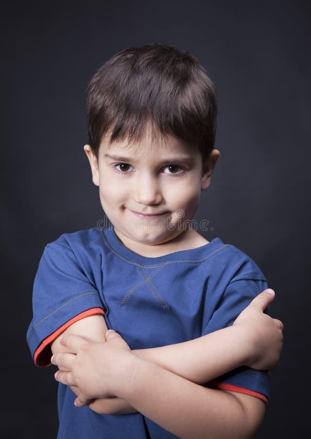 Ritratto di un ragazzo con uno sguardo scettico immagine stock libera da diritti