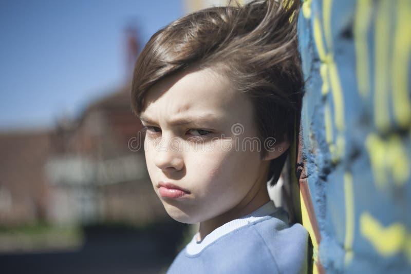 Ritratto di un ragazzo contrariato di aggrottare le sopracciglia fotografia stock libera da diritti
