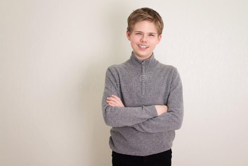 Ritratto di un ragazzo fidato con le braccia incrociate fotografia stock libera da diritti