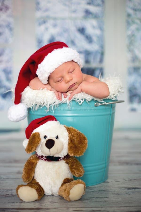 Ritratto di un ragazzo di neonato, l cappello d'uso di natale, addormentato immagine stock libera da diritti