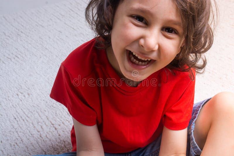 Ritratto di un ragazzo sorridente felice sveglio nel buon umore immagini stock