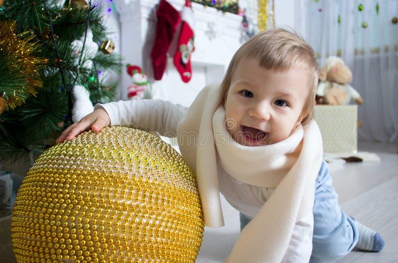 Ritratto di un ragazzo sveglio vicino all'albero di Natale fotografie stock libere da diritti