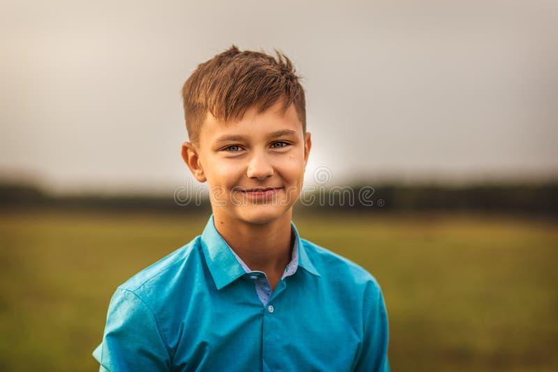 Ritratto di un ragazzo teenager sveglio di estate in natura fotografie stock