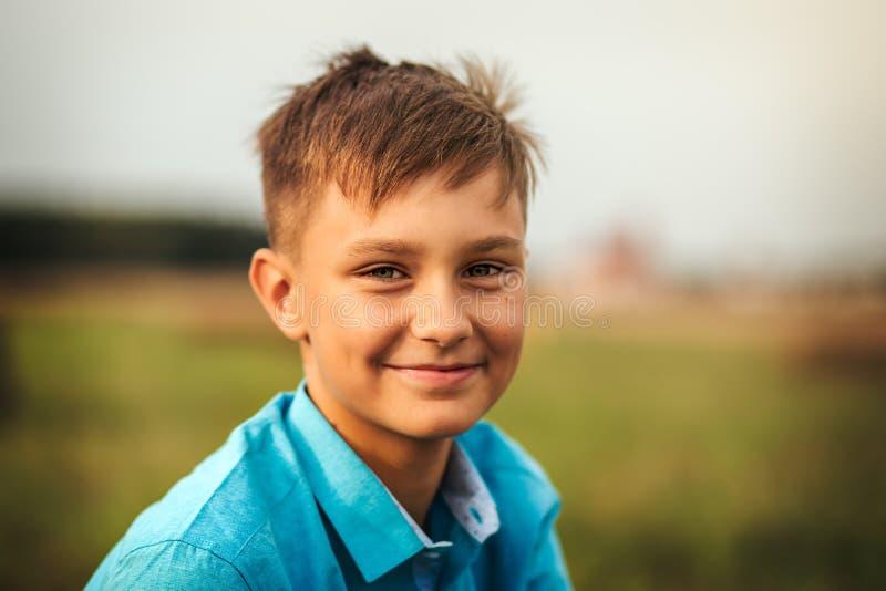 Ritratto di un ragazzo teenager sveglio di estate in natura immagini stock libere da diritti