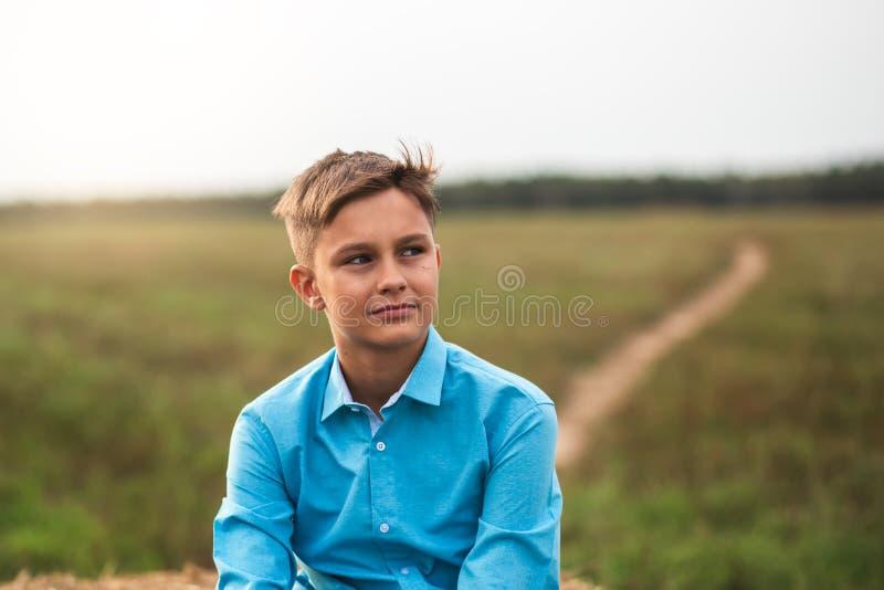 Ritratto di un ragazzo teenager sveglio di estate in natura fotografie stock libere da diritti
