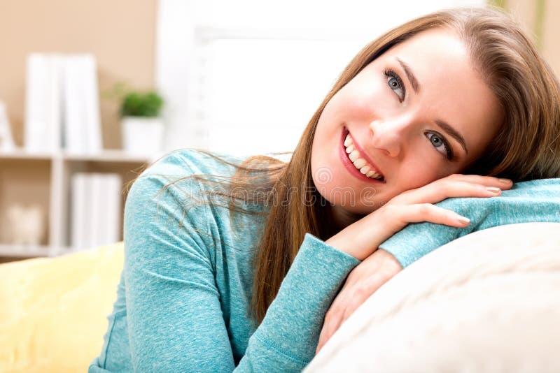 Ritratto di un rilassamento della giovane donna immagine stock