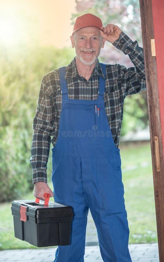 Ritratto di un riparatore che tiene la sua cassetta portautensili, effetto della luce immagini stock libere da diritti