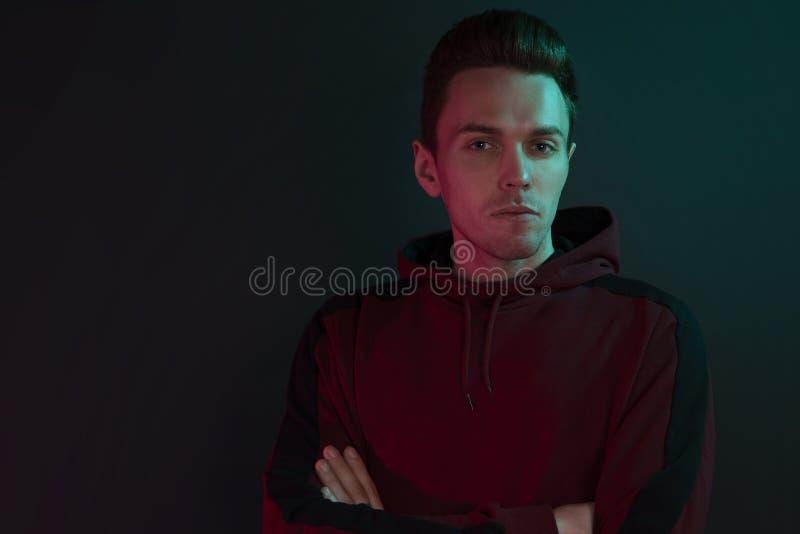 Ritratto di un tipo in una maglia con cappuccio fotografia stock