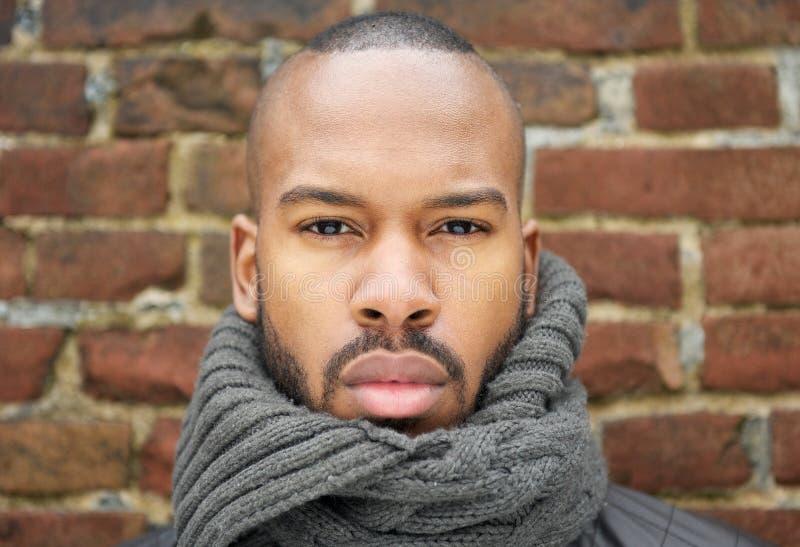 Ritratto di un uomo afroamericano bello con la sciarpa immagini stock