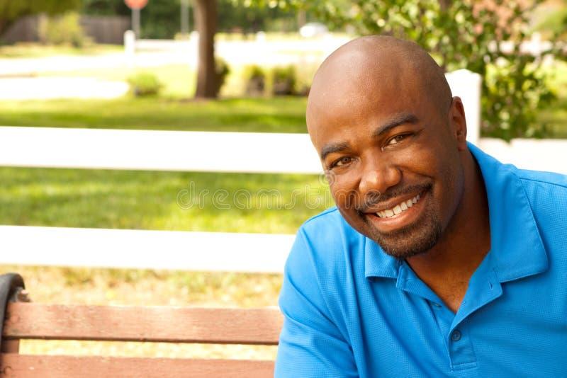 Ritratto di un uomo afroamericano felice fotografia stock libera da diritti