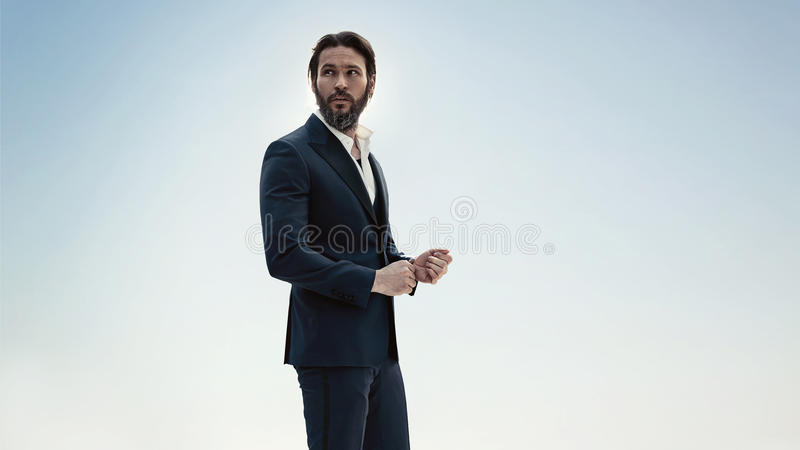 Ritratto di un uomo alla moda in un vestito elegante immagine stock
