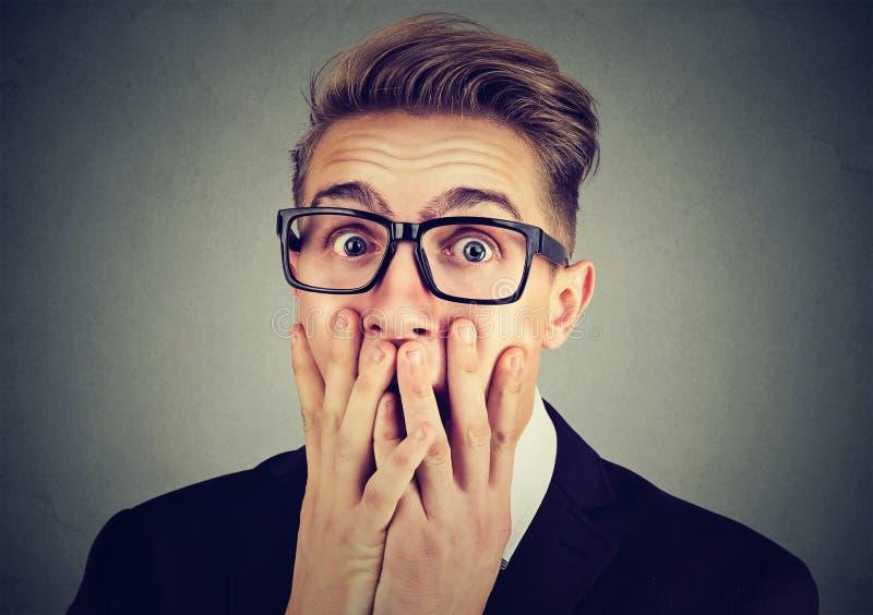 Ritratto di un uomo ansioso che sembra colpito spaventato esaminando macchina fotografica fotografie stock libere da diritti