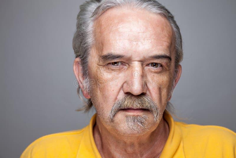 Ritratto di un uomo anziano immagini stock
