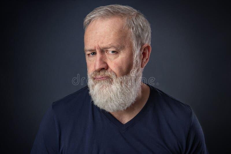 Ritratto di un uomo anziano arrabbiato immagine stock
