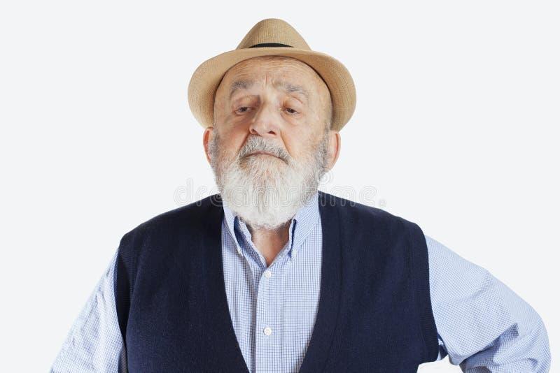 ritratto di un uomo anziano impertinente isolato su fondo bianco fotografia stock