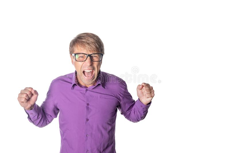 Ritratto di un uomo arrabbiato con i vetri che fissa alla macchina fotografica e gridante sopra il fondo bianco fotografie stock