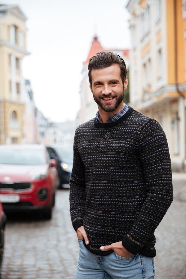 Ritratto di un uomo barbuto sorridente in maglione fotografia stock