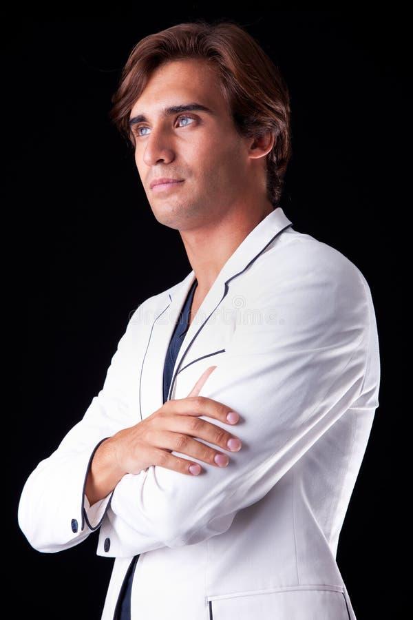 Ritratto di un uomo bello con il suo cappotto bianco fotografia stock