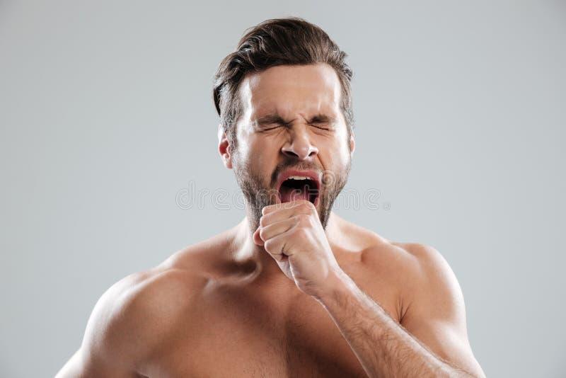 Ritratto di un uomo beraded annoiato con le spalle nude che sbadigliano fotografie stock libere da diritti