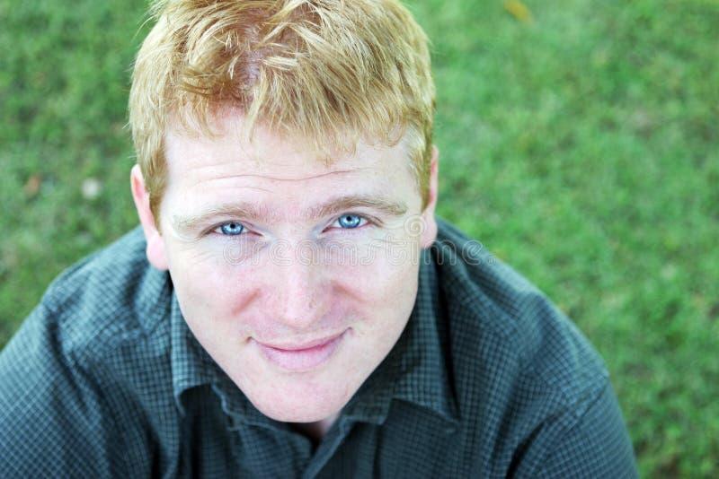 Ritratto di un uomo biondo con gli occhi azzurri notevoli fotografia stock
