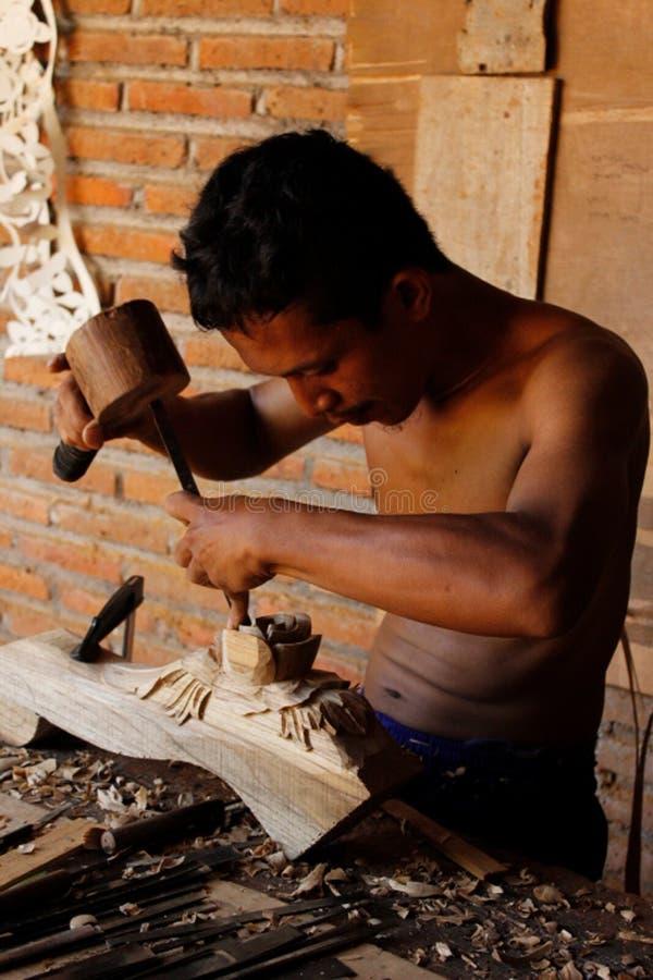 Ritratto di un uomo che ha fatto le sculture del legno immagini stock