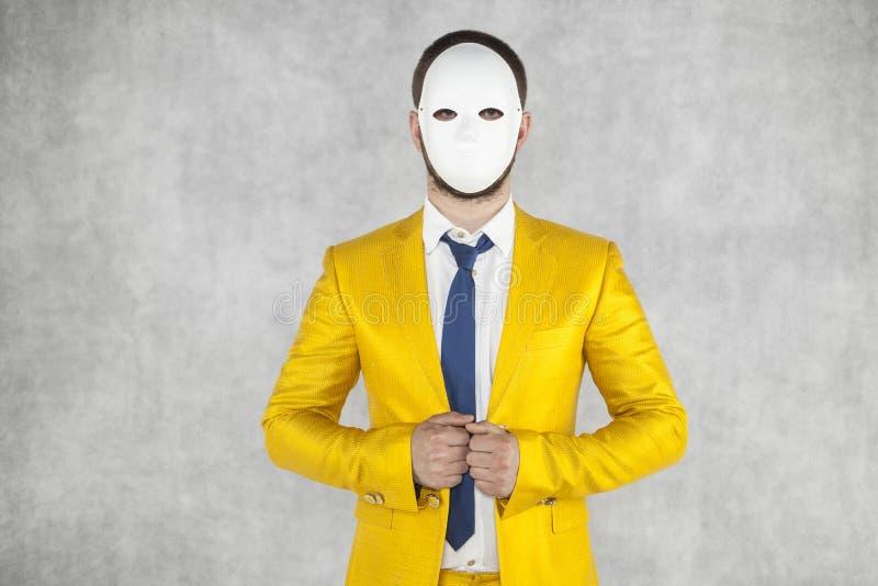 Ritratto di un uomo che indossa una maschera, una persona sconosciuta immagine stock