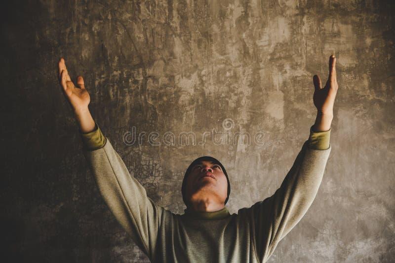 Ritratto di un uomo che prega fotografie stock libere da diritti
