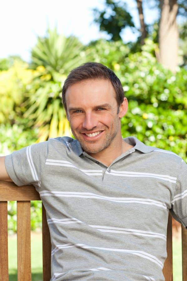 Ritratto di un uomo che si siede su un banco immagini stock libere da diritti