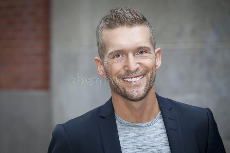 Ritratto di un uomo che sorride alla macchina fotografica immagine stock libera da diritti