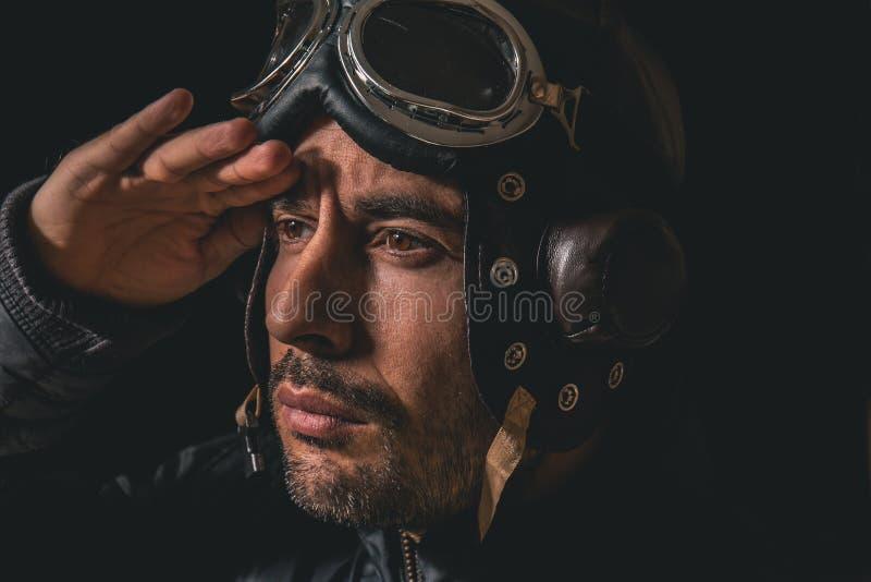 Ritratto di un uomo con il casco e gli occhiali di protezione dell'aviatore fotografia stock libera da diritti