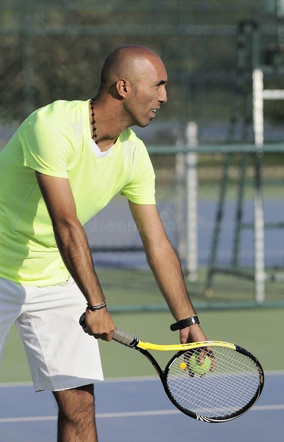 Ritratto di un uomo con la racchetta di tennis fotografia stock libera da diritti
