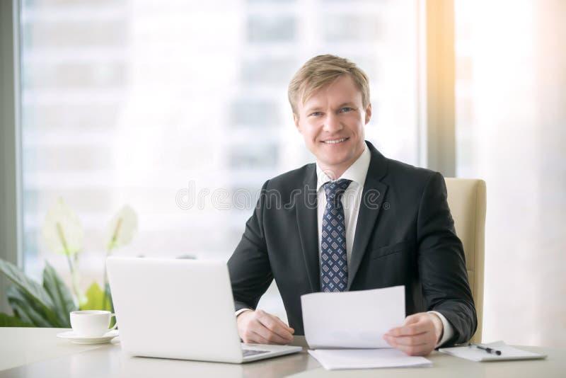 Ritratto di un uomo d'affari bello sorridente immagine stock libera da diritti