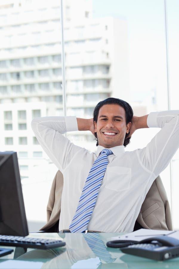 Ritratto di un uomo d'affari che si distende nel suo ufficio fotografia stock libera da diritti