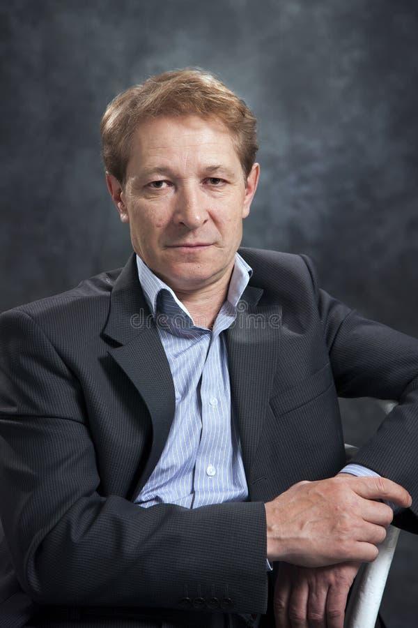 Ritratto di un uomo d'affari senza un legame fotografia stock