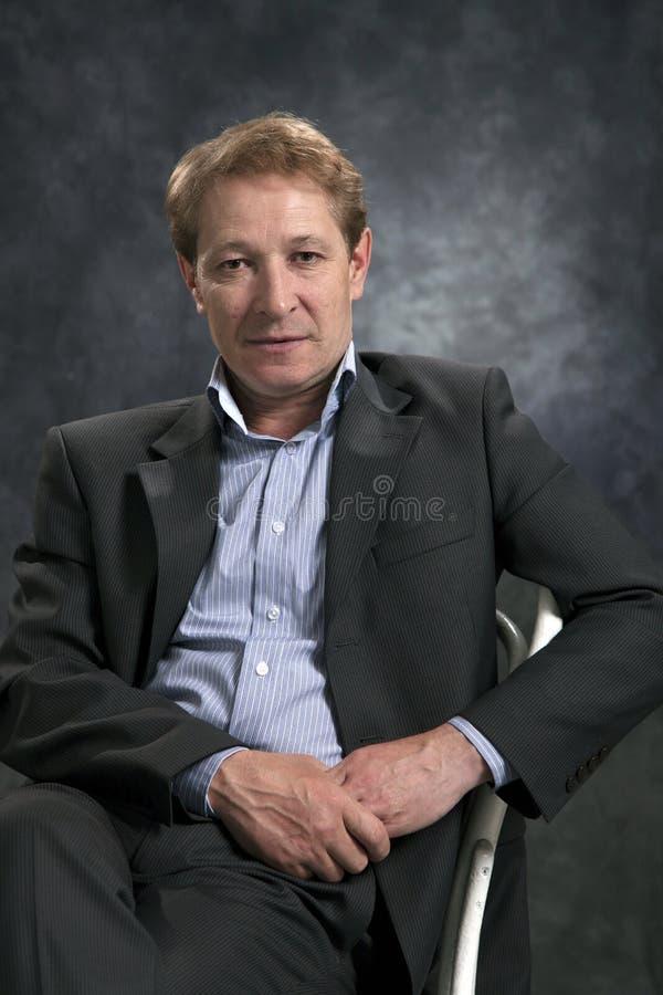 Ritratto di un uomo d'affari senza un legame fotografie stock