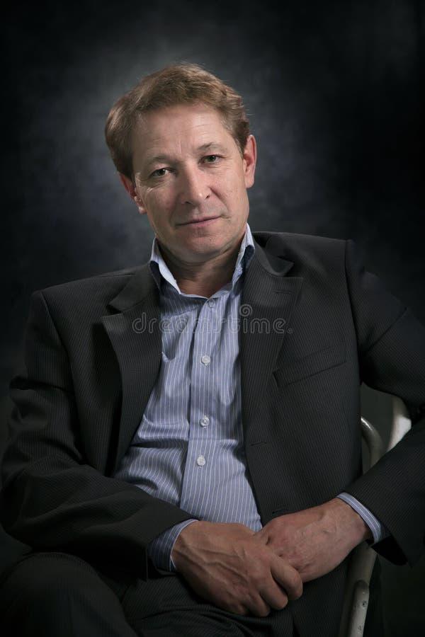 Ritratto di un uomo d'affari senza un legame fotografie stock libere da diritti