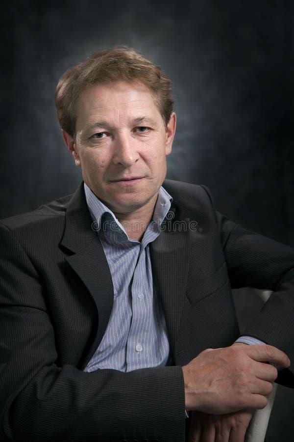 Ritratto di un uomo d'affari senza un legame fotografia stock libera da diritti