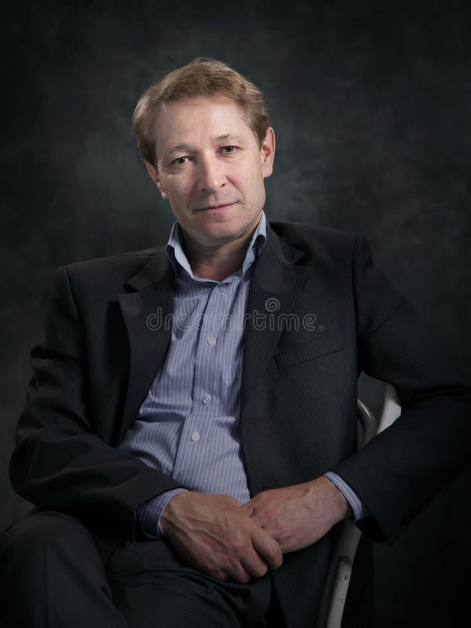 Ritratto di un uomo d'affari senza un legame immagine stock libera da diritti