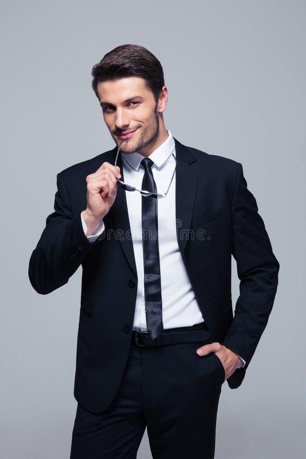 Ritratto di un uomo d'affari sicuro felice fotografie stock libere da diritti