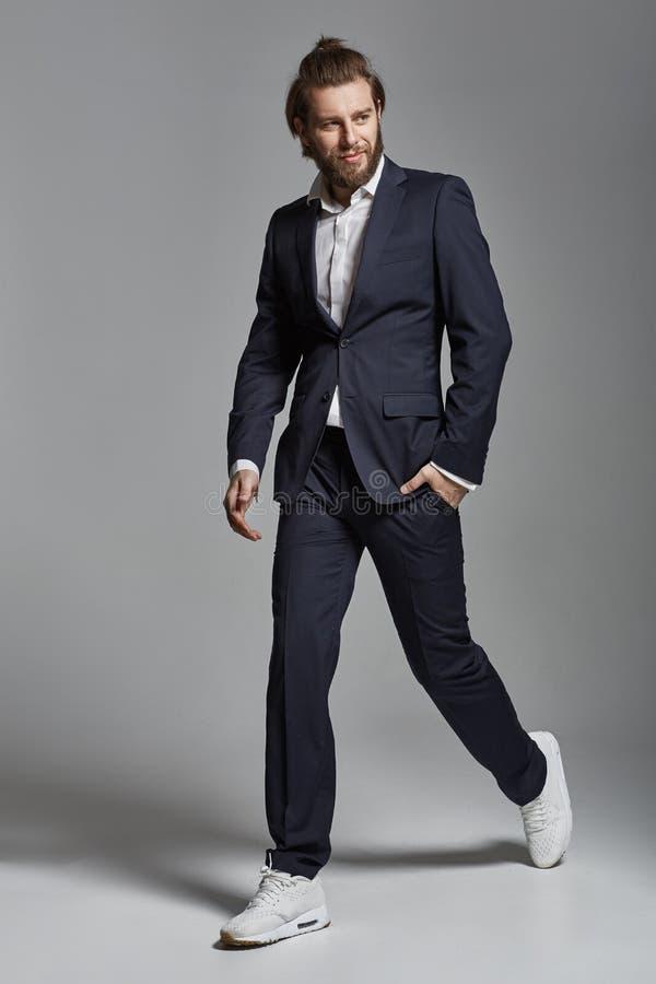 Ritratto di un uomo d'affari sicuro sorridente bello fotografia stock libera da diritti
